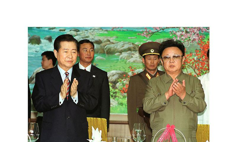 In this file photo from 2000, President Kim Dae-jung of South Korea, left, and Chairman Kim Jong Il of North Korea attend a luncheon party at the Baekhwawon Guest House in the North Korean capital of Pyongyang. (Yonhap via MCT)