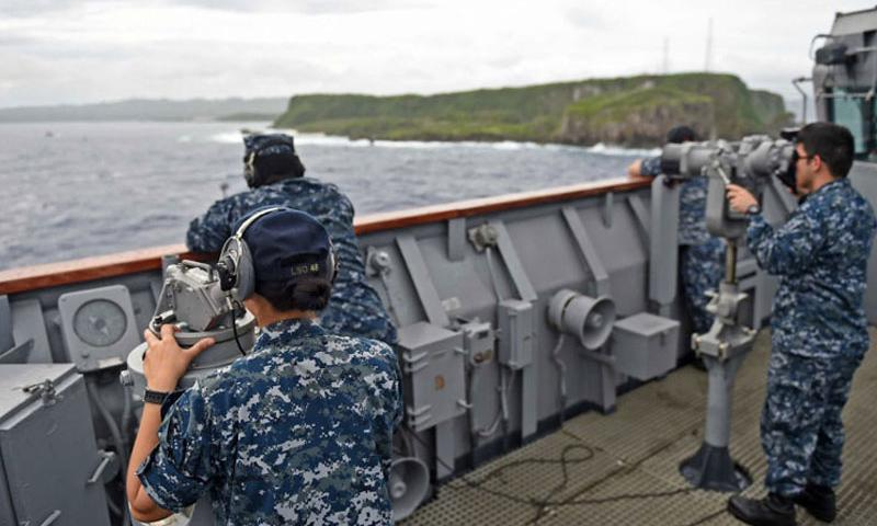 Sailors look for surface contacts as the amphibious dock landing ship USS Ashland pulls into Naval Base Guam on Aug. 3, 2015. (David A. Cox/U.S. Navy)