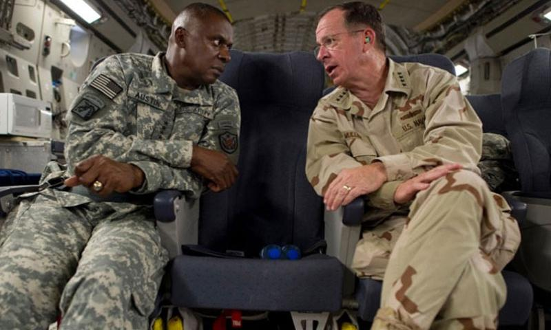 Former Chairman of the Joint Chiefs of Staff Adm. Mike Mullen speaks with Commander of U.S. Forces-Iraq Gen. Lloyd Austin, while aboard a C-17 Globemaster III en route to Baghdad, Iraq, on Aug. 1, 2011. According to documents obtained by USA Today, the lack of black officers who lead infantry, armor and field artillery battalions and brigades threatens the Army's effectiveness. (Chad J. McNeeley/U.S. Navy)